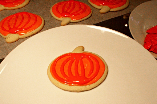 halloween-pumpkin-sugar-cookies-decorating-orange-strips