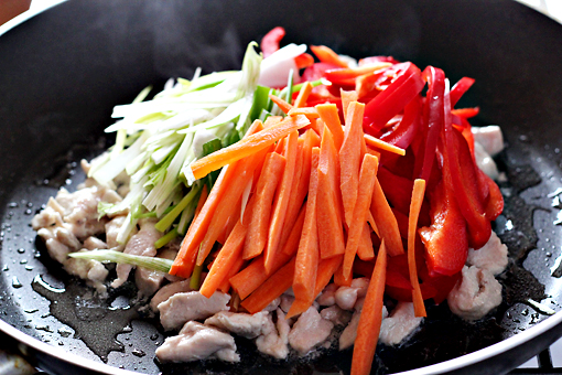 spring chicken salad with noodles recipe with step by step pictures, add the vegetables