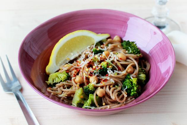 broccoli, chickpeas and garlic whole wheat spaghetti recipe