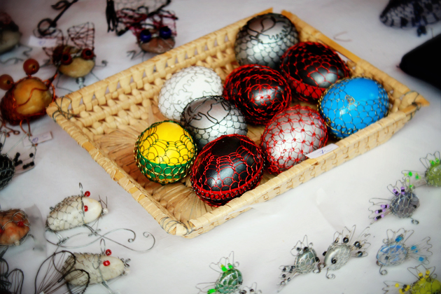 decorating Easter eggs with wire